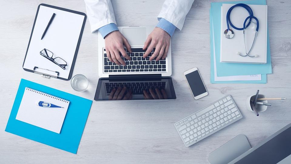 computer 1149148 960 720 2 - Die vielen verschiedenen Möglichkeiten, wie die Informatik die tägliche Versorgung der Patienten verbessert